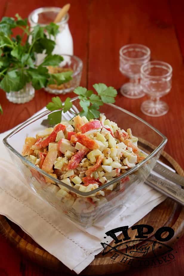 салат с крабовыми палочками и соленым огурцом