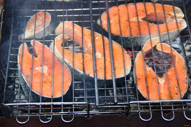 Как пожарить красную рыбу на решетке