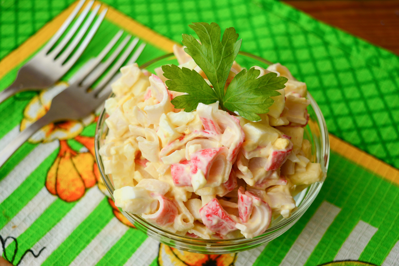 Салат с крабовыми палочками капустой и плавленным сыром 4